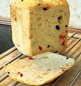 Хлеб с красным сладким перцем и маслинами. Рецепт для хлебопечки