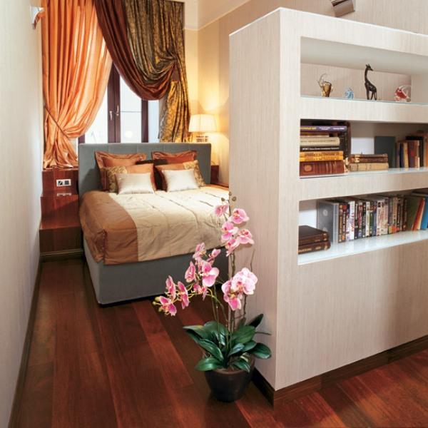 Кровать изголовьем к окну в узкой спальне